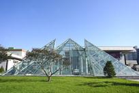 草坪及金字塔造型玻璃采光顶
