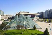 城市地面金字塔造型玻璃采光顶