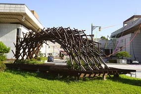 韩国水原市城市广场的现代雕塑