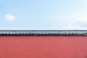 蓝天与红墙