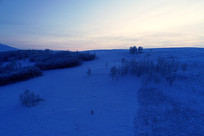 冬季山地丛林晨光