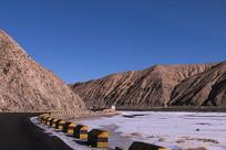 沥青路穿过高原