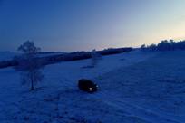 山地雪原清晨越野车