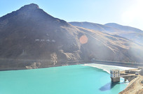 水流色的高山湖泊