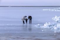 父母牵手孩子行走在冰上