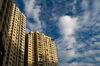 蓝天白云与现代高层建筑