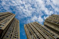 蓝天下的高层建筑