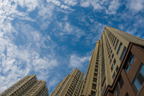 蓝天下的高层住宅建筑