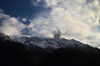 白云缭绕的雪山风景