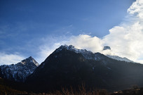 白云雪山山峰图片