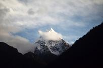 高耸的雪山云朵