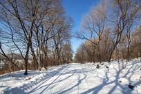 松花湖景区冰雪覆盖道路