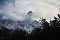 雪山白云缭绕