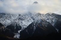 雪山山峰白云风景