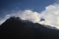 云锁雪山风光图