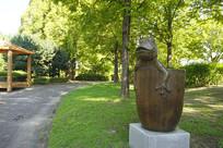 公园雕塑-水杯里的青蛙