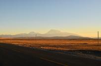 冬天金色的草原日出风光