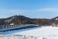 卧波桥雪景