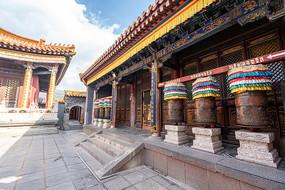 五台山景区里的佛教转经筒