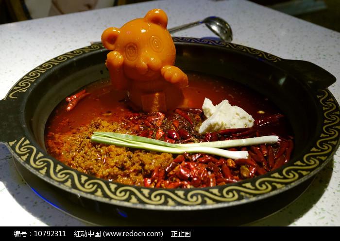 熊造型牛油的传统牛油火锅图片