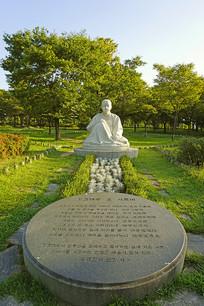 韩国公园韩服女性像及石碑