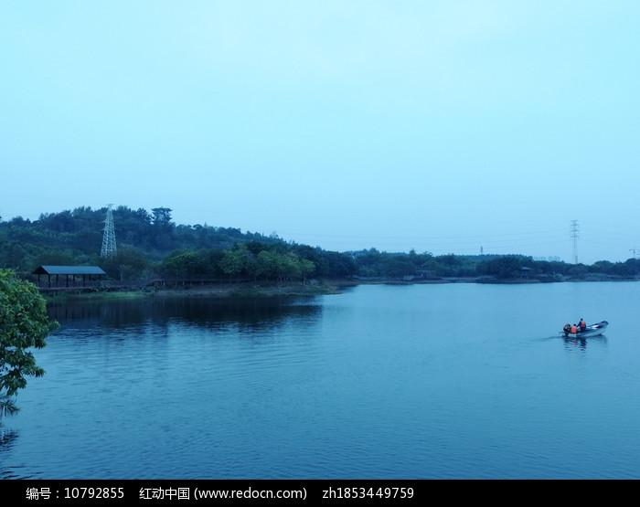 小船与蓝色湖面图片