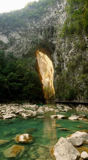 荔波大七孔天生桥和清澈溪流