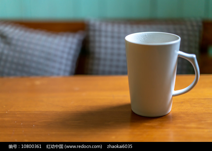 桌子上一个水杯图片