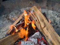 燃烧旺盛的柴火火焰