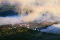 山坳里山村人家晨雾风景