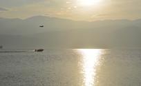 西昌邛海日出时的快艇和海鸥