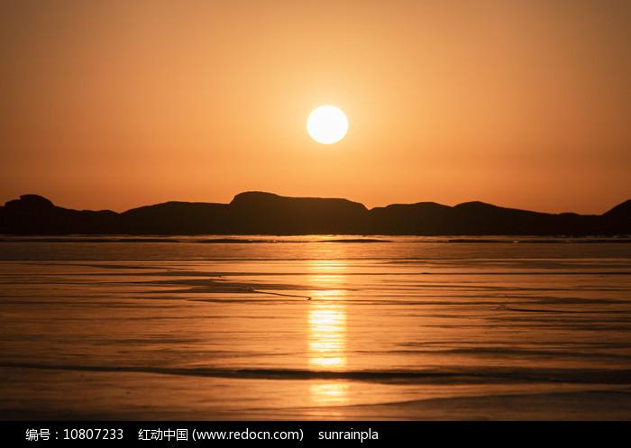 金色的吉乃尔湖图片