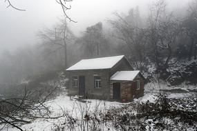 云遮雾绕山里人家