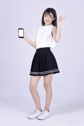 展示手机屏幕的漂亮女孩