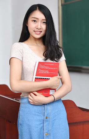 教室里抱着书籍的女学生