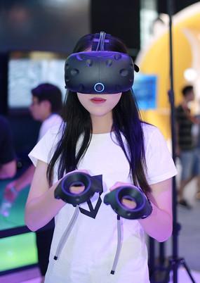 正在体验VR虚拟现实眼镜的女人