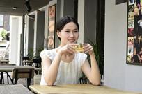 户外餐厅喝茶的女人