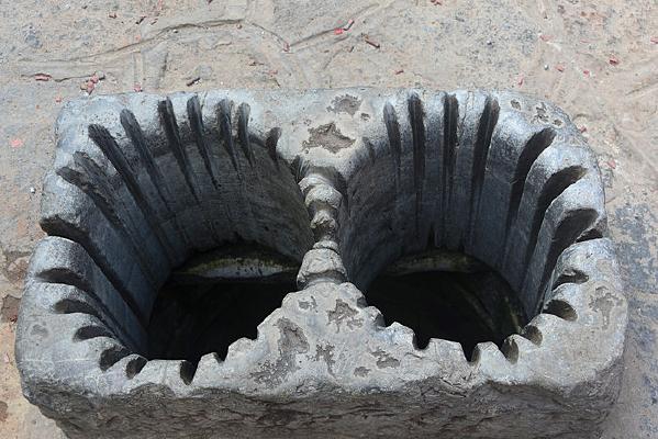 建水古城的双眼古井