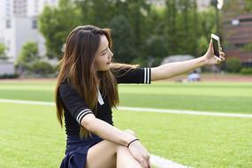 拿手机自拍的女学生