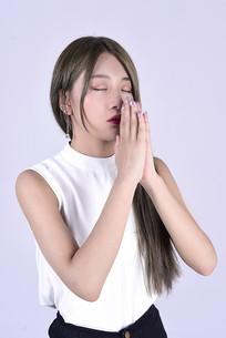 祈祷中的美女