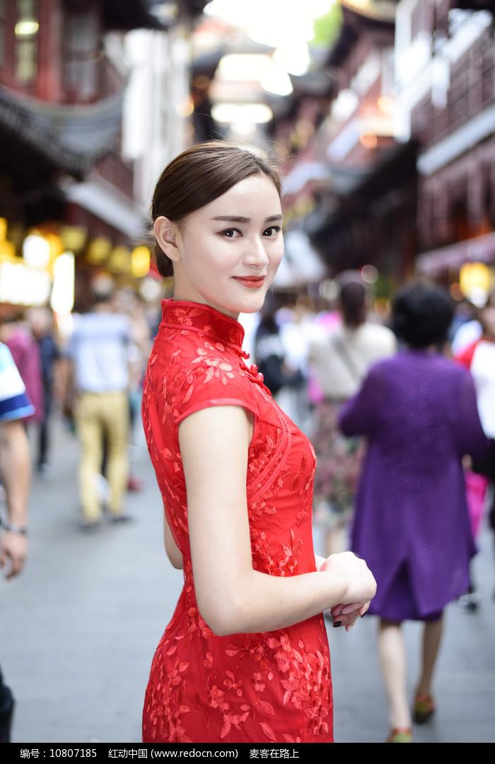 上海豫园老街的中式美女图片