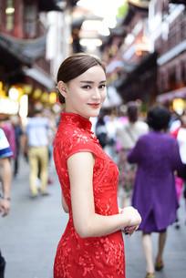 上海豫园老街的中式美女