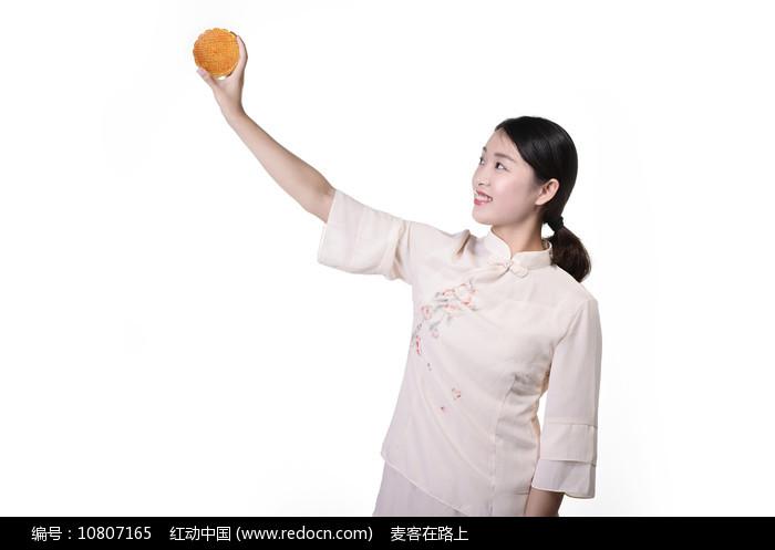 手举月饼的美女图片