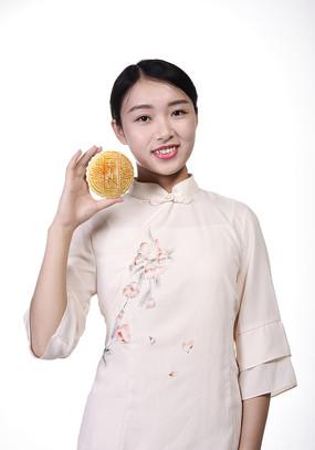 手拿月饼的女模特