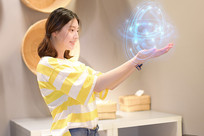 手捧AR增强现实影像的女孩