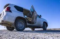 停在盐碱滩上的越野车