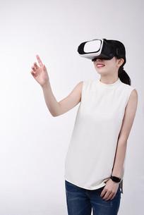 体验VR虚拟现实眼镜的女人
