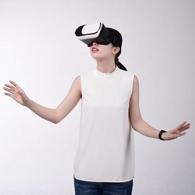 体验VR眼镜的女人