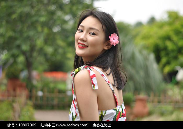 头戴小花的年轻美女图片