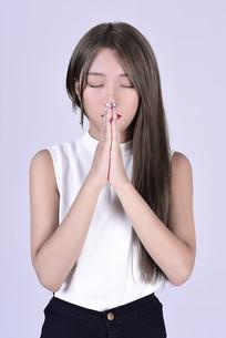 在祈祷的女人